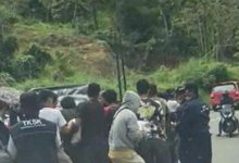 Photo of Korban Gempa Sulbar Acungkan Parang Truk Pengangkut Logistik