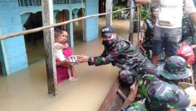 Photo of TNI Bantu Warga Korban Banjir di Perbatasan Entikong