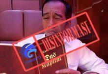 "Photo of Foto Jokowi Membaca Buku ""Das Kapital"""